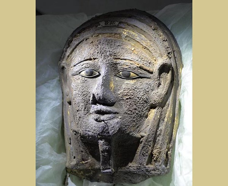 2,500-Year-Old Gilded Mask With Gemstone-Inlaid Eyes Discovered at Egyptian Burial Ground